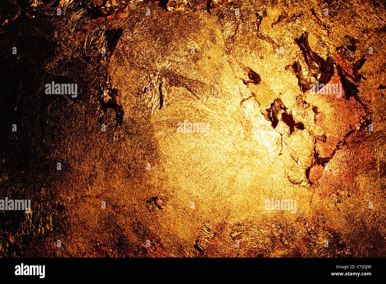 Una pared pintada de oro, oro de texturas realistas. Imagen De Stock