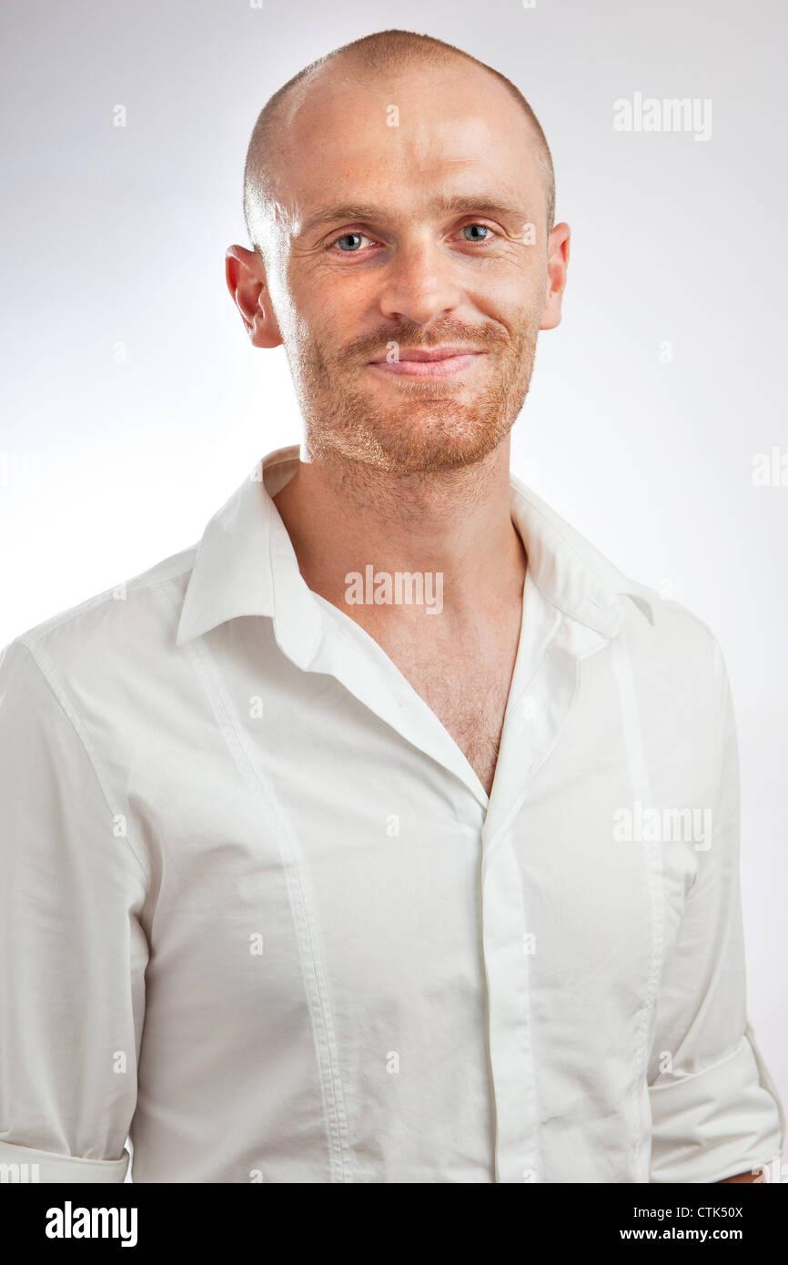 Headshot camisa blanca de mediana edad profesional relajado en studio Imagen De Stock