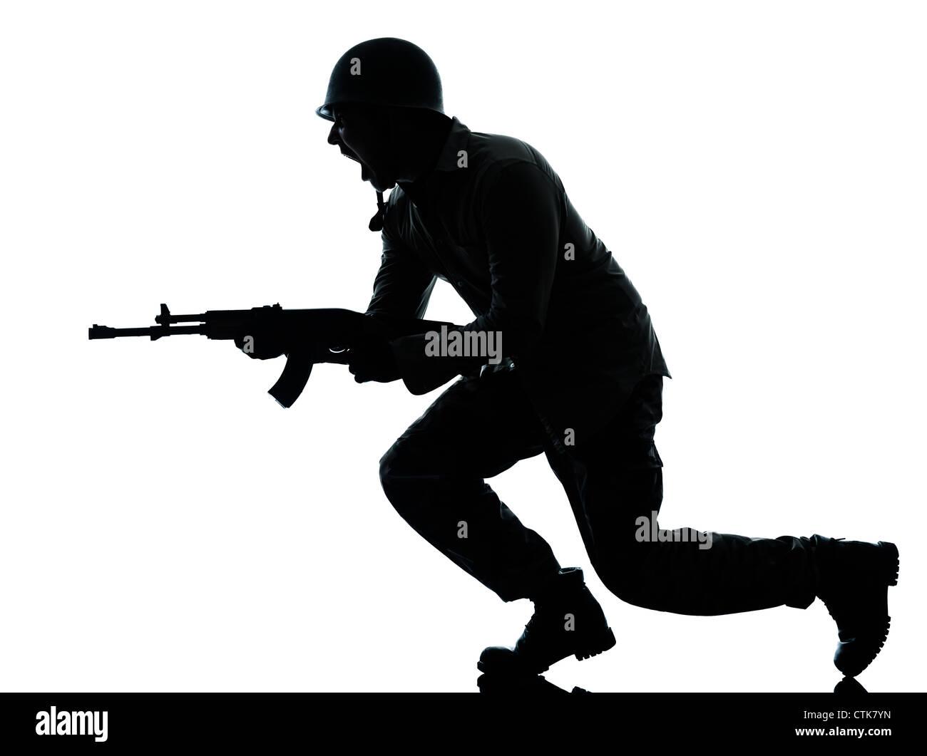 Un soldado del ejército del Cáucaso hombre atacando en studio aislado sobre fondo blanco. Foto de stock