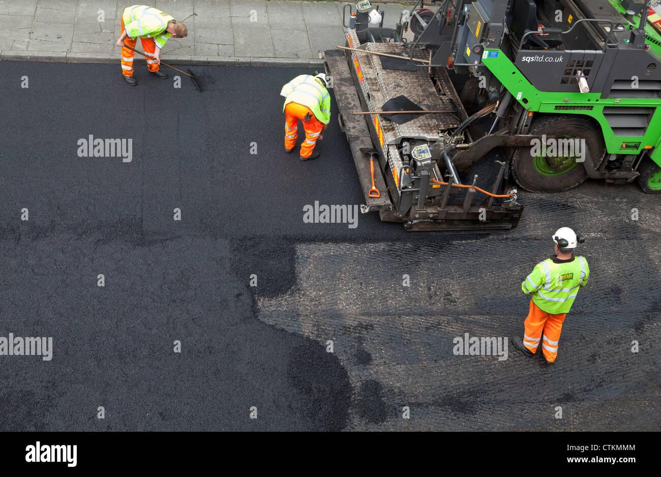 Carretera resurgió con una nueva capa de asfalto asfalto Foto de stock