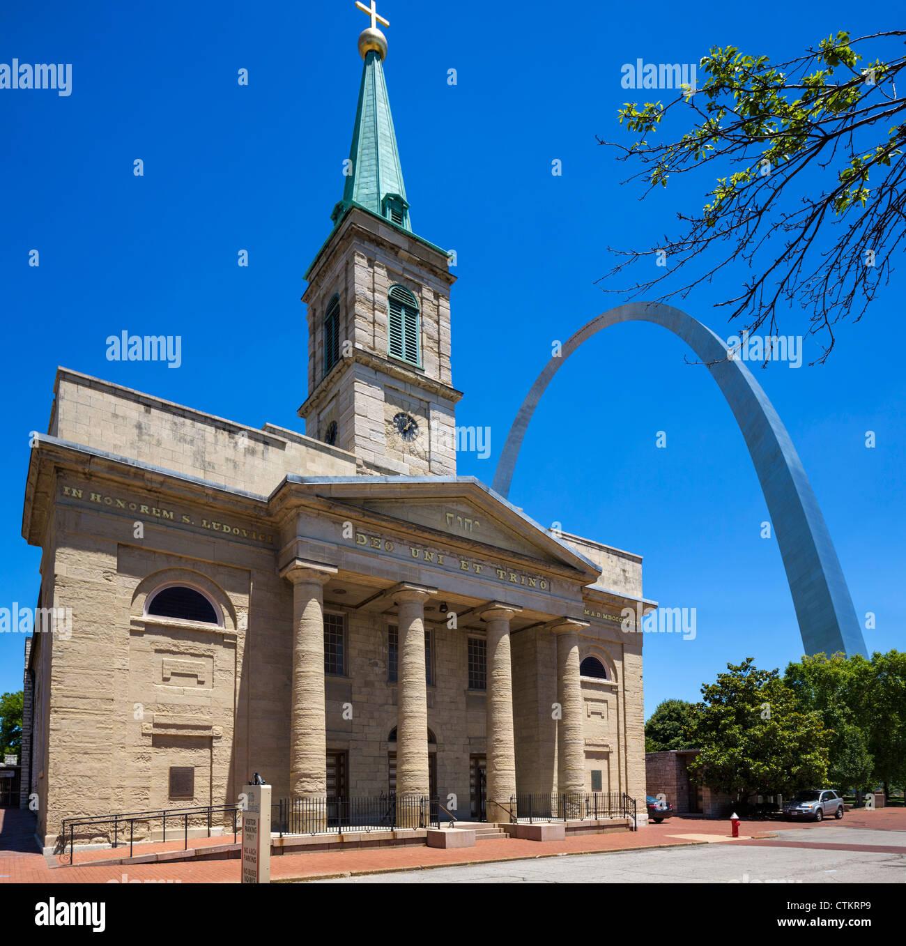 La Catedral Vieja (La basílica de Saint Louis, Rey de Francia) con el Arco Gateway detrás, St Louis, Missouri, EE.UU. Foto de stock