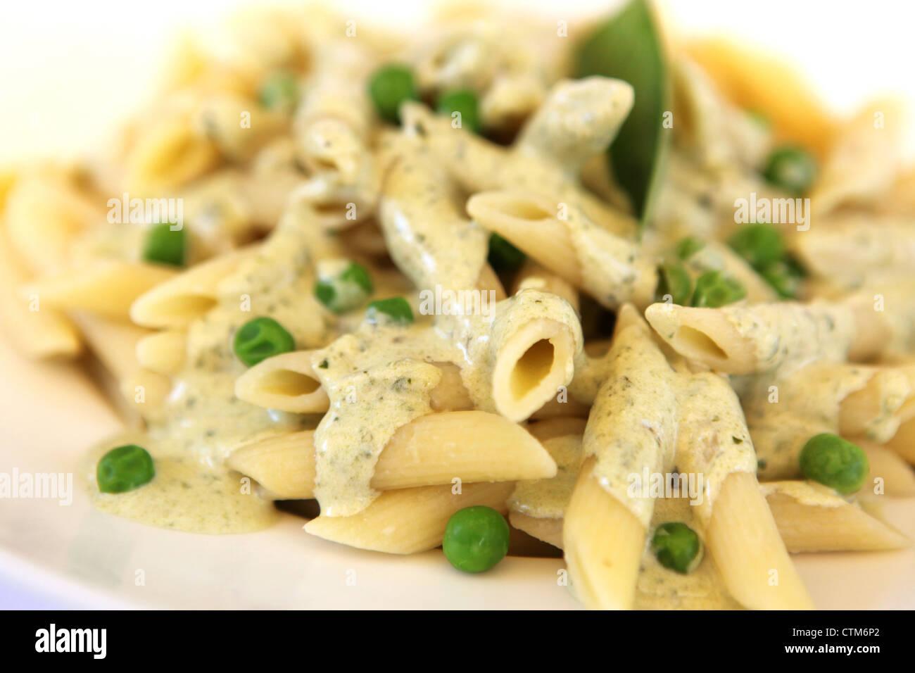 Una porción de pasta penne con hierbas y queso Imagen De Stock