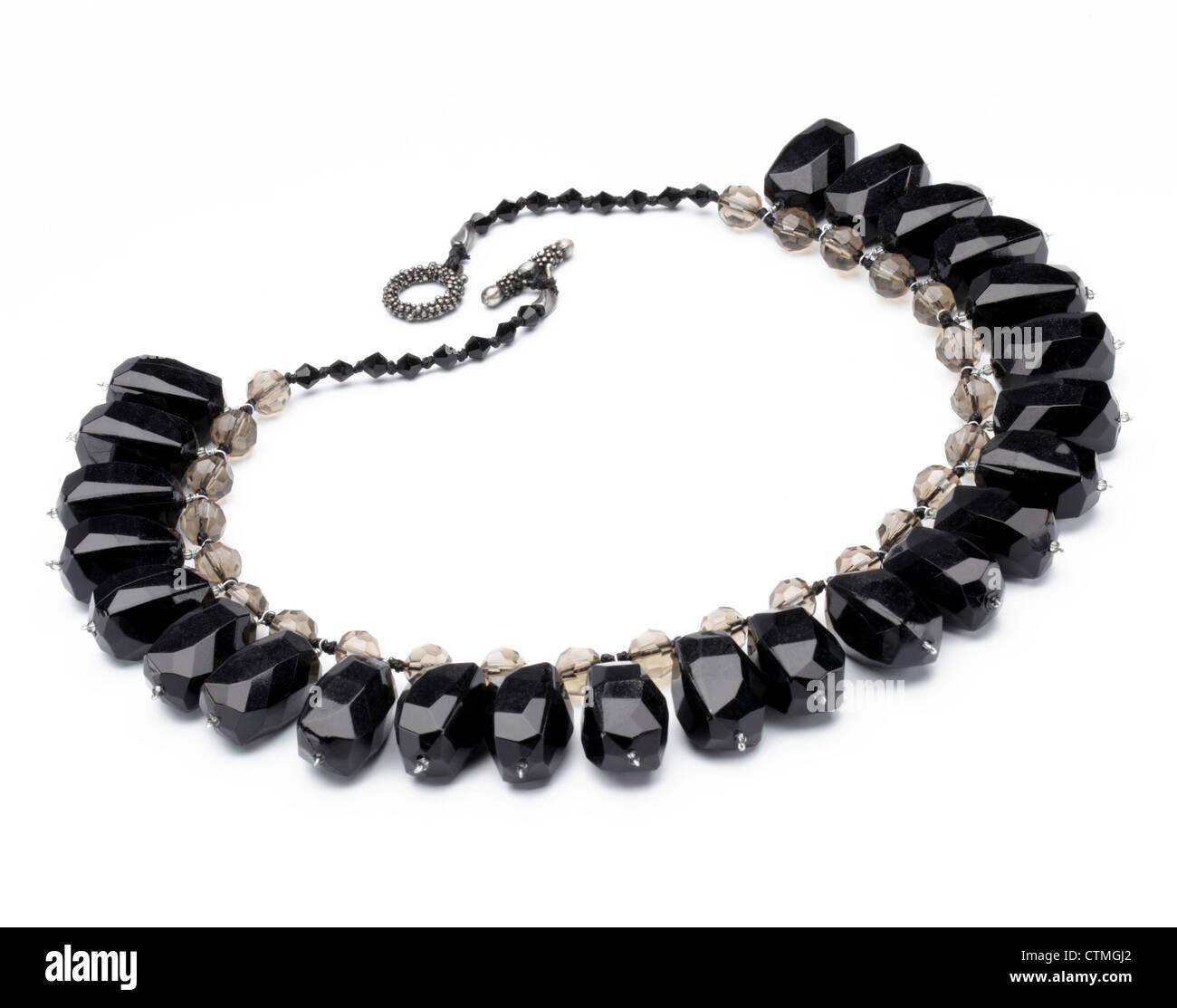 Bisutería. Un collar con grandes piedras negras. Foto de stock