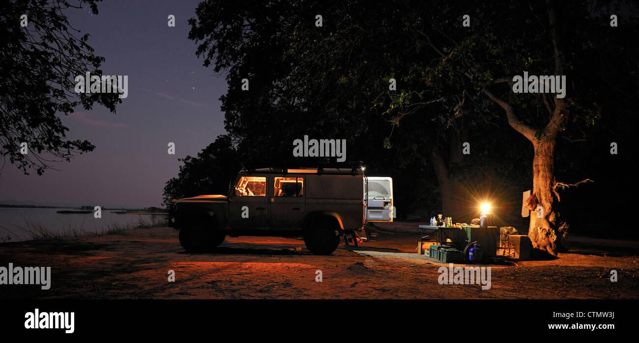 Auto Off-road y la noche camping junto al río Zambezi, Mana Pools, Valle de Zambezi, Zimbabwe Foto de stock