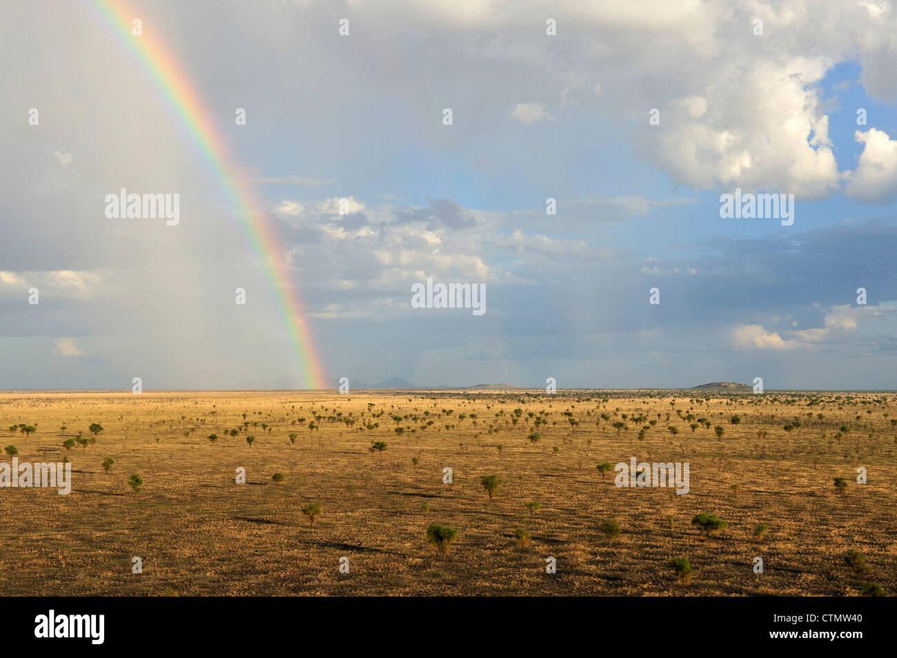 Arco iris sobre las vastas sabanas de Boma Parque Nacional, República de Sudán del Sur Foto de stock