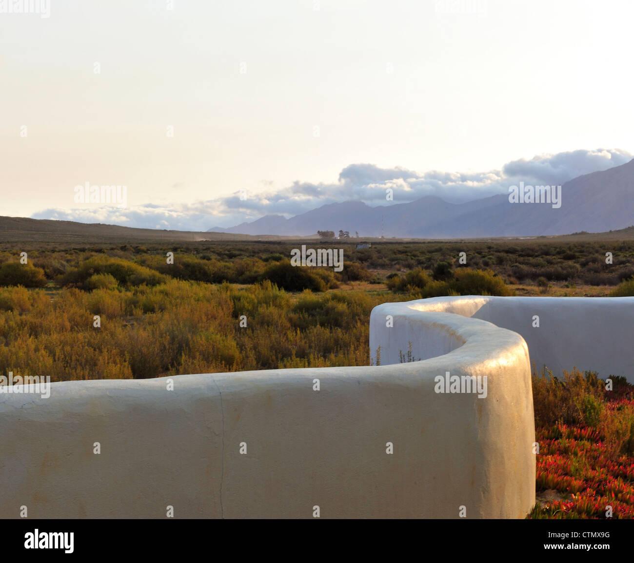 Pared Blanca en el Karoo, 1 Hotel Karoo, cerca de Touws River, Western Cape, Sudáfrica Foto de stock