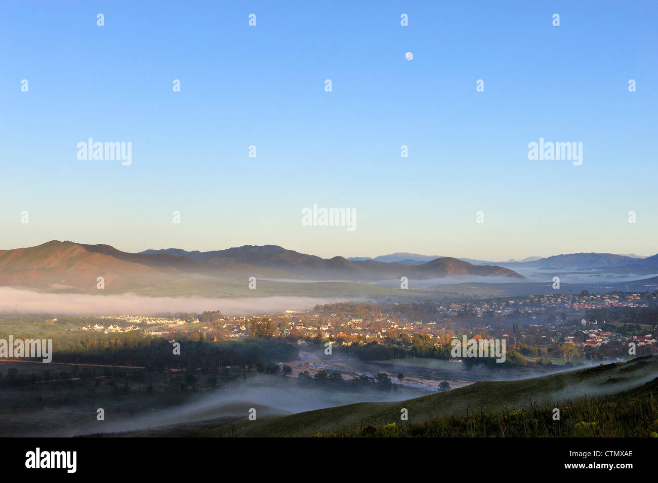 La aldea de Grayton temprano en la mañana, niebla y ajuste de luna, Overberg, Western Cape, Sudáfrica Foto de stock