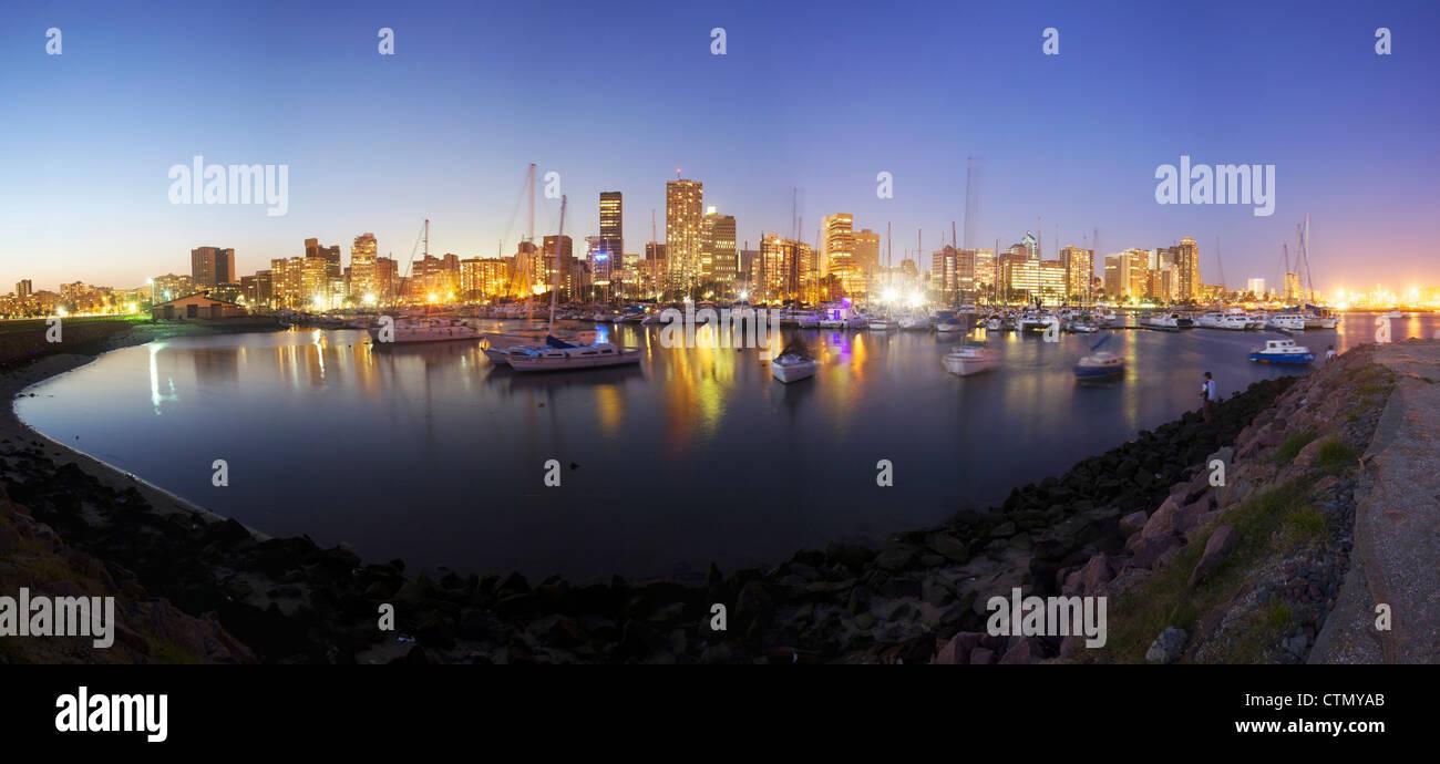 El puerto de Durban al anochecer, Kwa-Zulu Natal, Sudáfrica Foto de stock