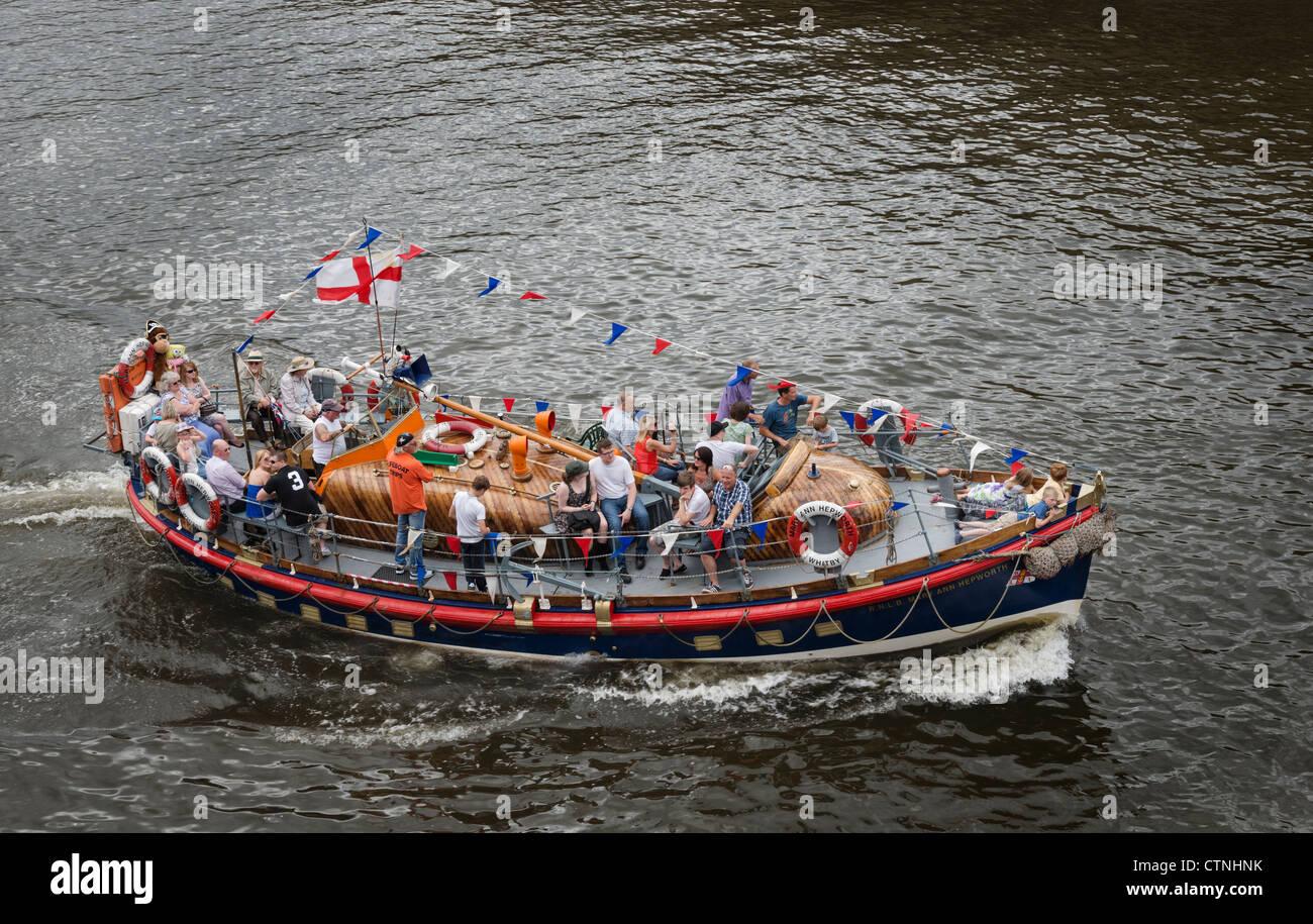 Un bote salvavidas viaje de vacaciones en Whitby Imagen De Stock