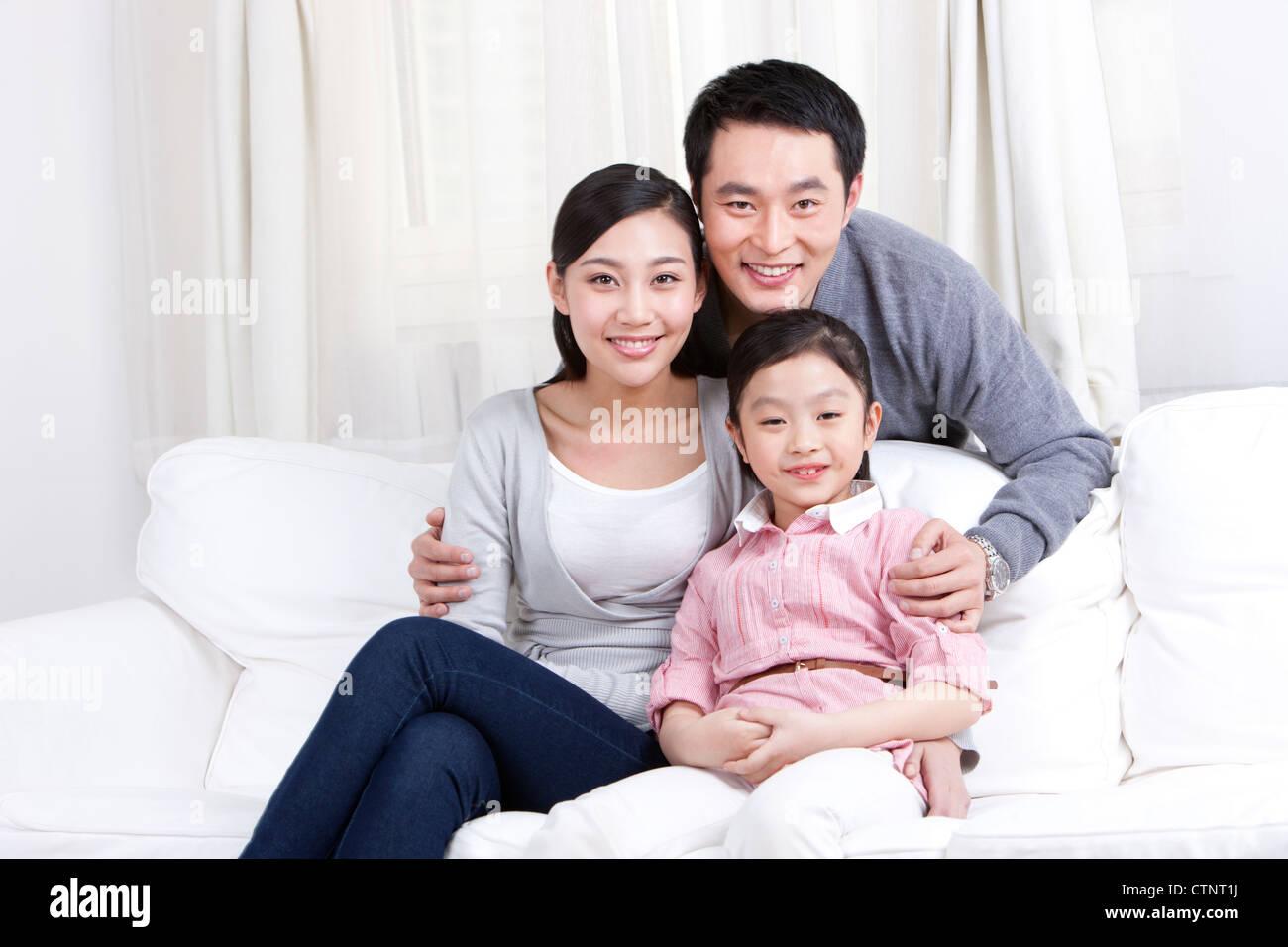 Familia Feliz en el sofá Imagen De Stock