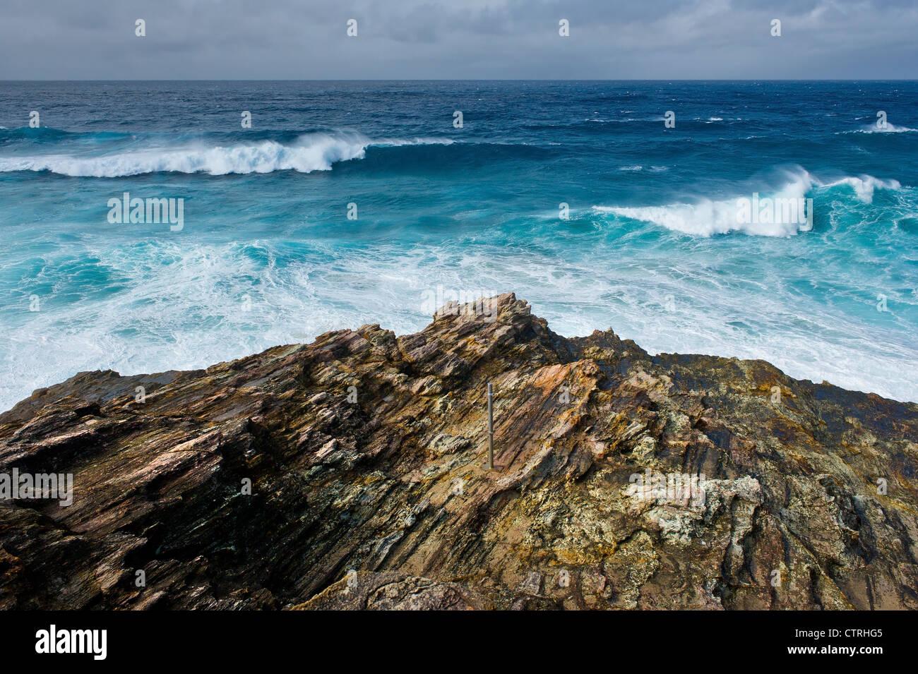 El mar embravecido frente a la costa de North Stradbroke Island en Queensland Foto de stock