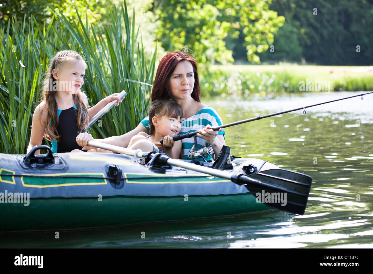 Pesca en el lago de la familia en el verano Imagen De Stock