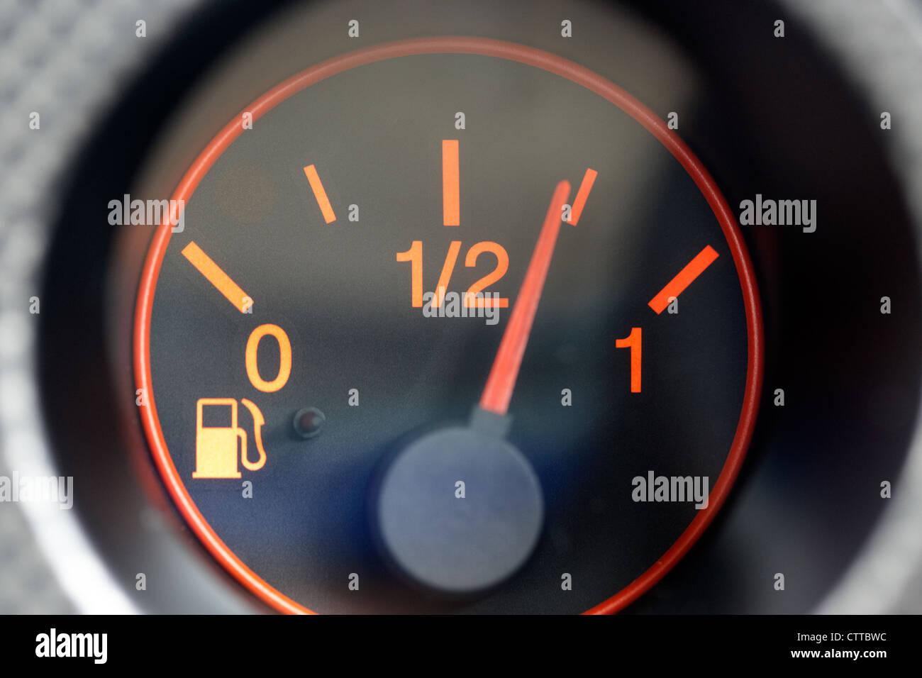 El indicador de combustible del vehículo automóvil mostrando casi tres cuartos lleno Imagen De Stock