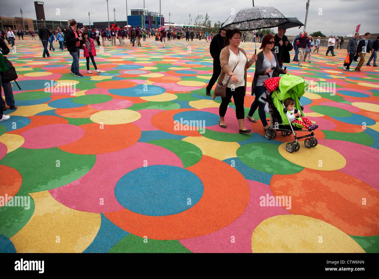 El Parque Olímpico de Londres 2012, en Stratford. Pasarela de color que es suave y apto para los niños. Foto de stock