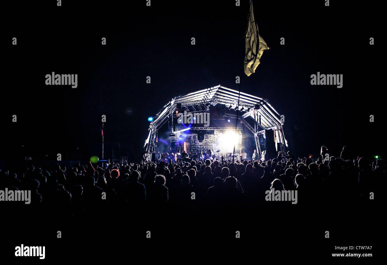 Opiniones de una multitud y escenario de un festival de música Imagen De Stock