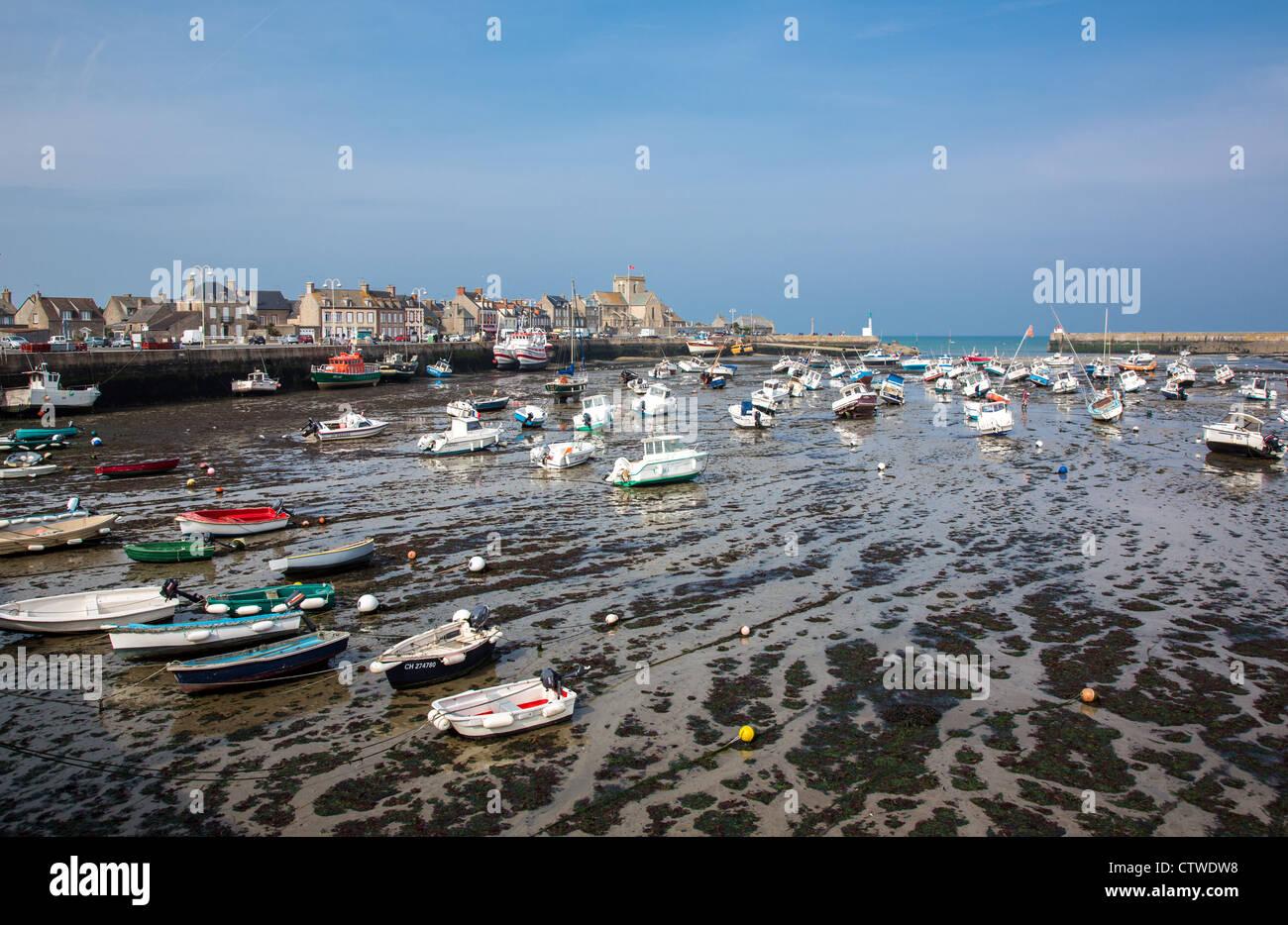 Francia, Normandía, Barfleur, vista del puerto con marea baja. Foto de stock