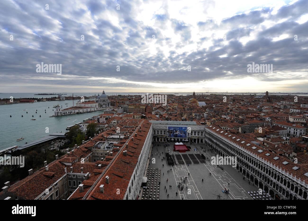Una vista de la plaza de San Marcos en Venecia, Italia con vistas a ...
