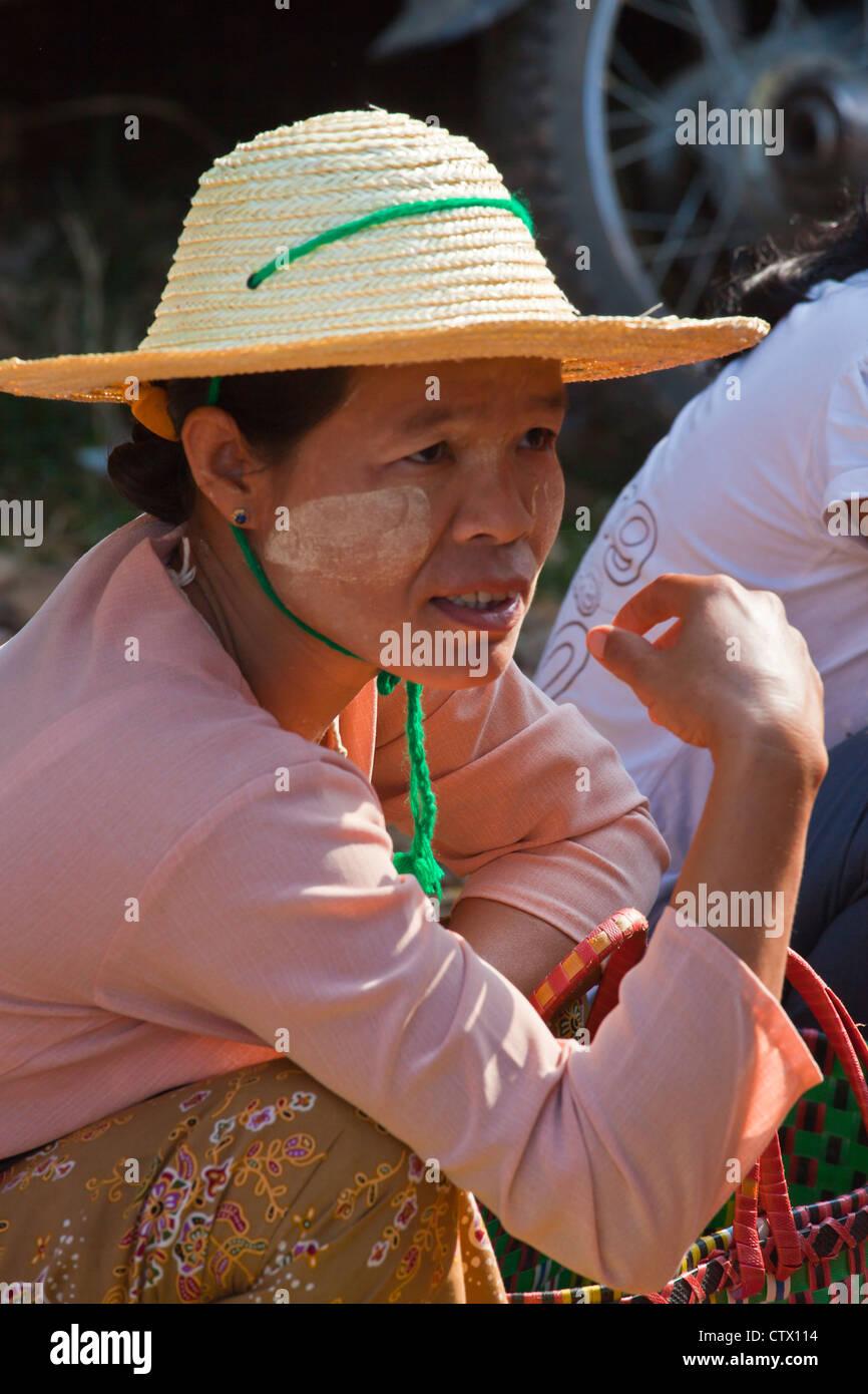 Mujer con sombrero típico birmano en el mercado semanal en MAING THAUK -  Lago Inle 47e366a431f