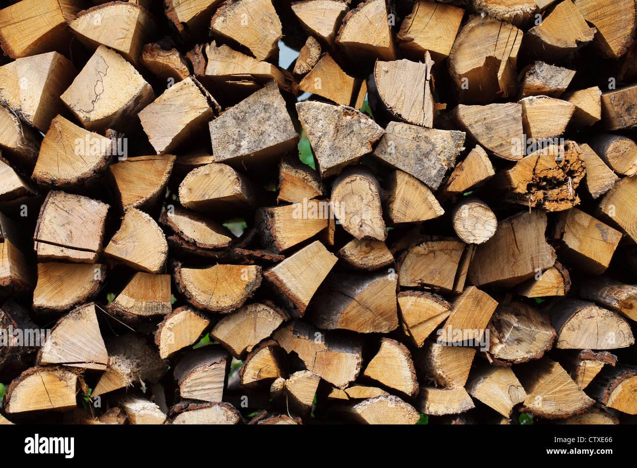 Madera cortada apilada para el invierno o en construcción Imagen De Stock