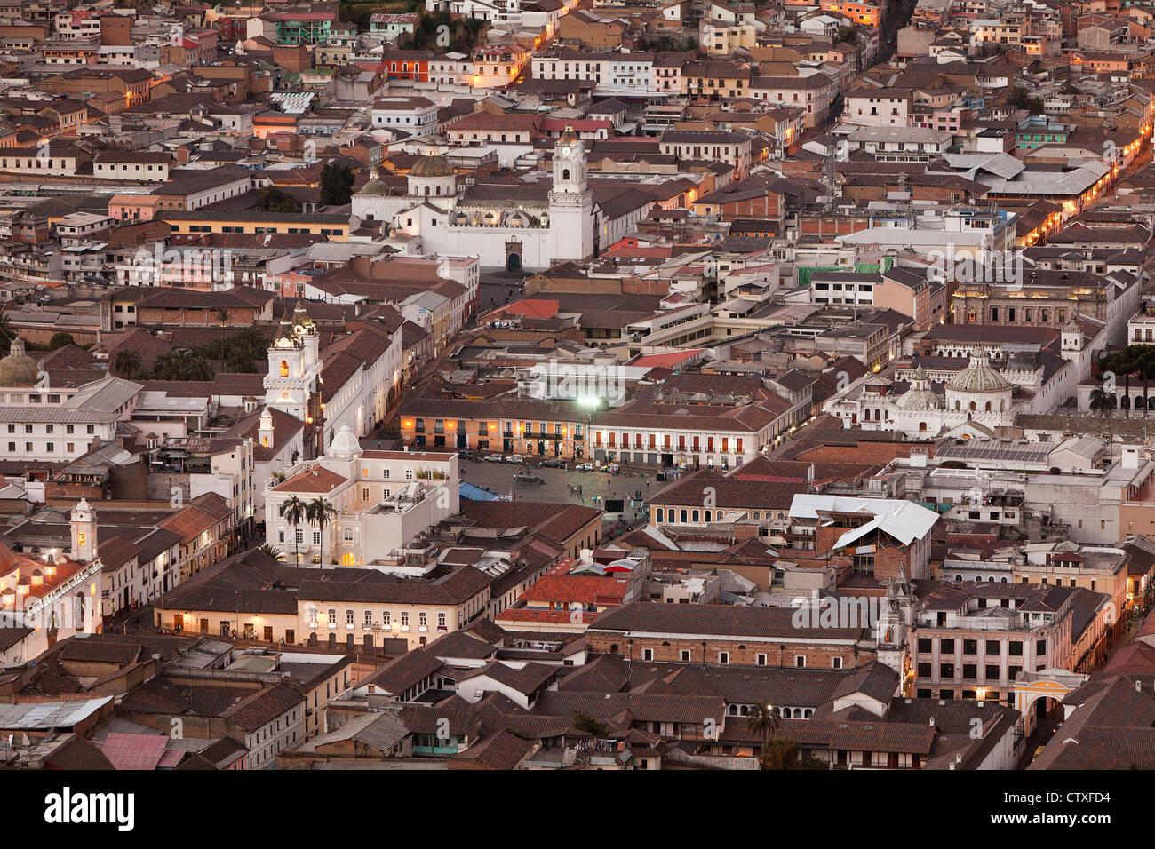 Casco Antiguo de la ciudad de Quito como se ve desde el panecillo estatua Imagen De Stock