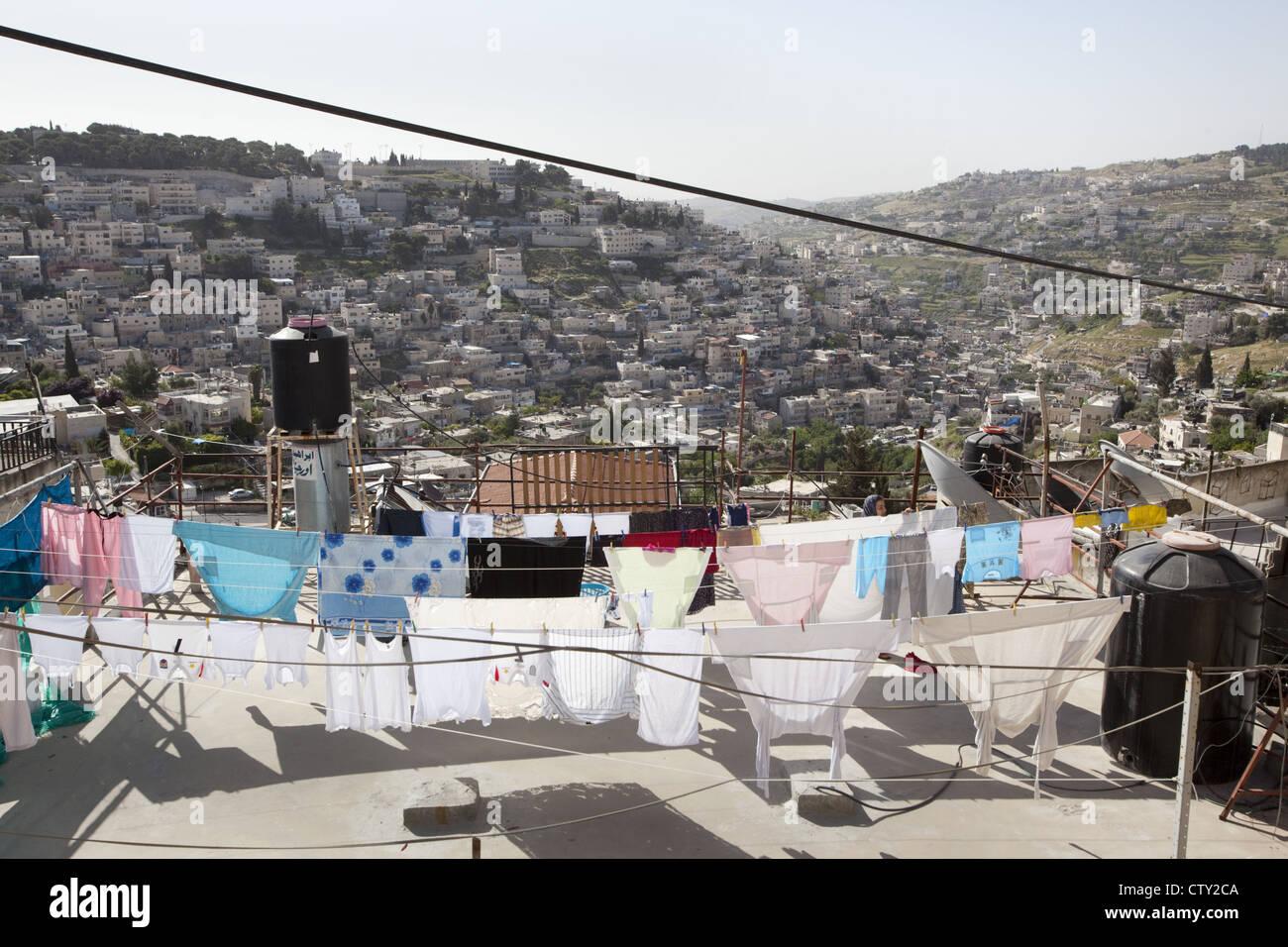 Tendederos de ropa de secado y calentadores solares de agua negra en una azotea en Jerusalén oriental, Israel Imagen De Stock