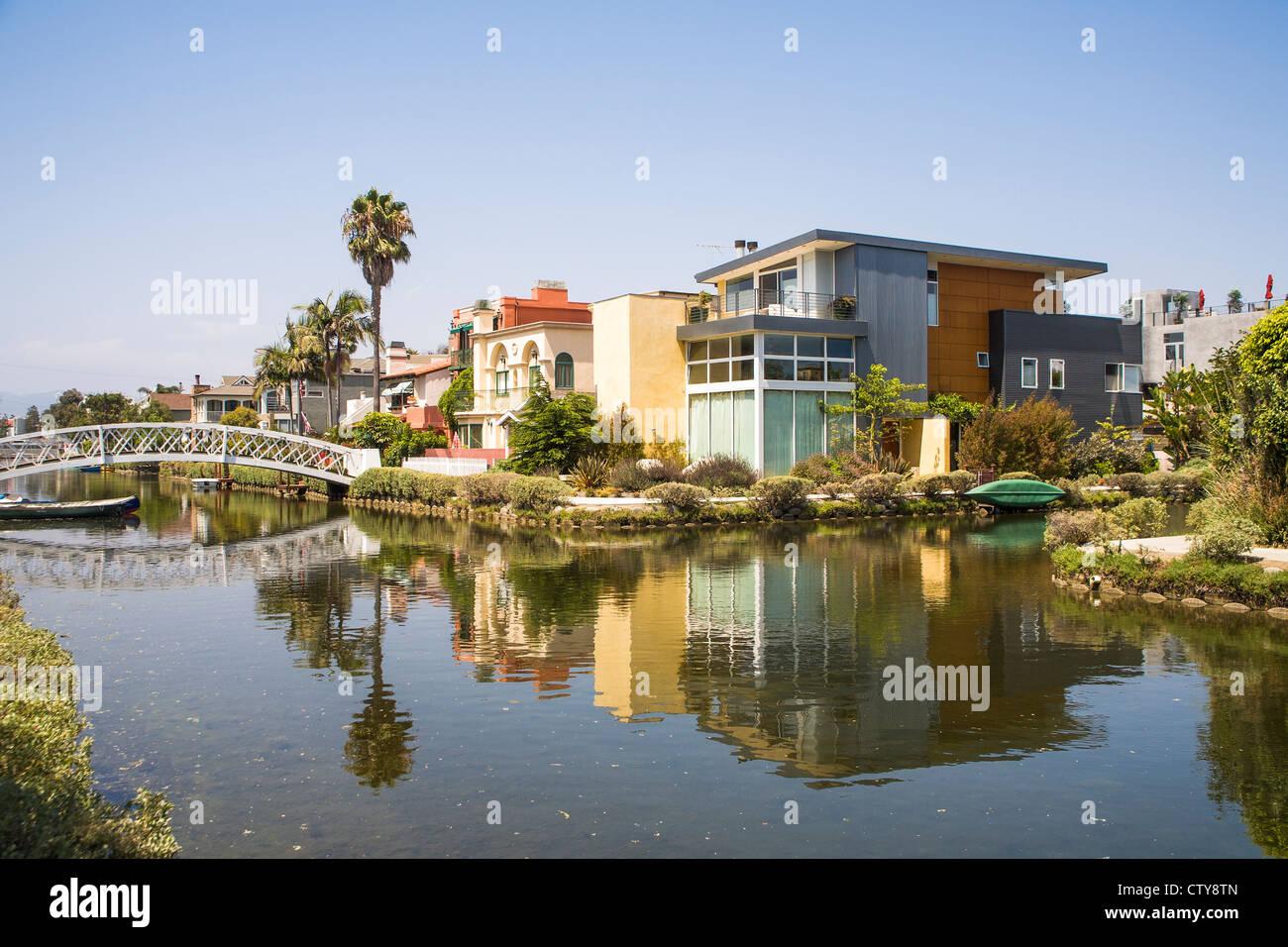 Casas y canal en Venecia, la ciudad de Los Angeles, California, EE.UU. Imagen De Stock