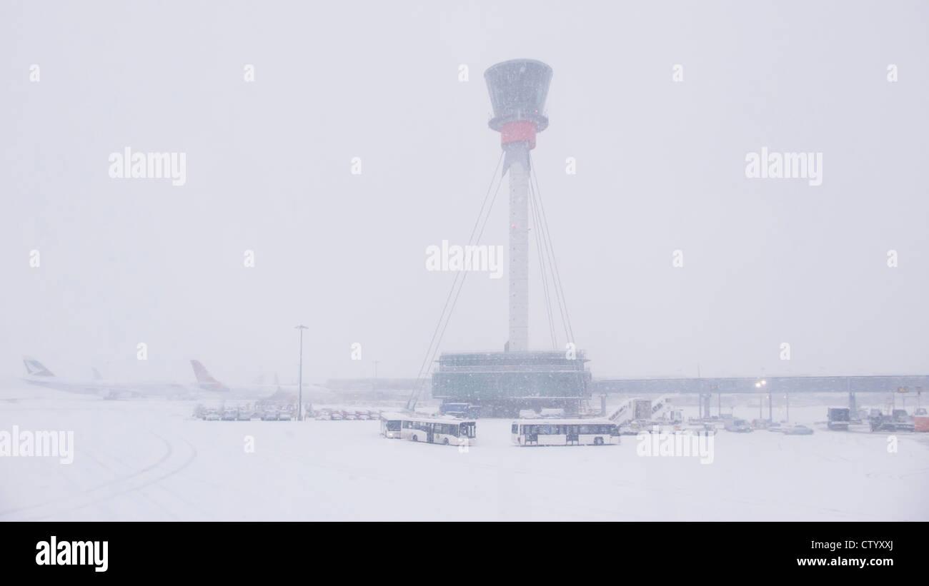Torre de control aéreo y del aeropuerto en la nieve Foto de stock