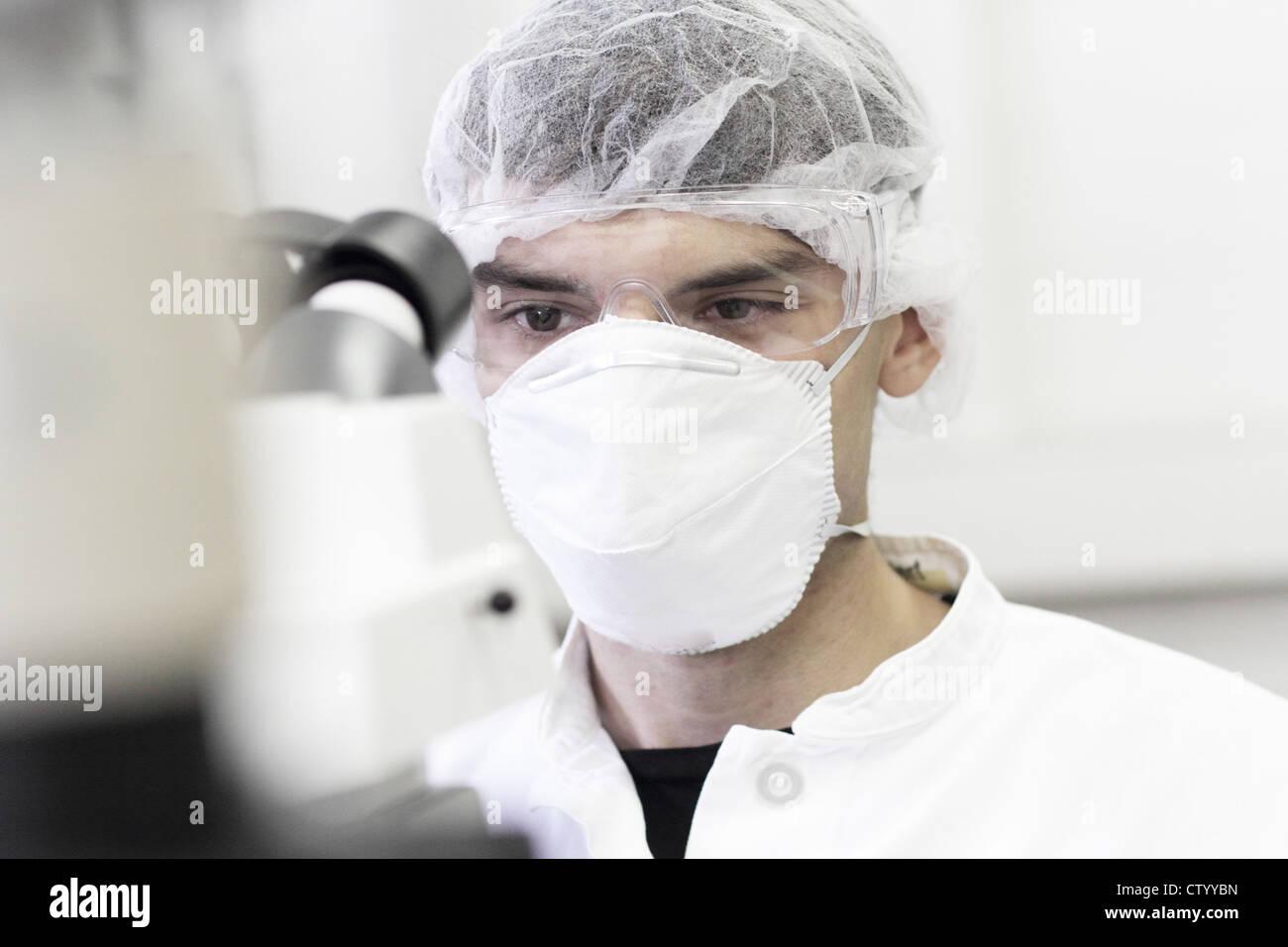 Llevar mascarilla en el laboratorio científico Imagen De Stock