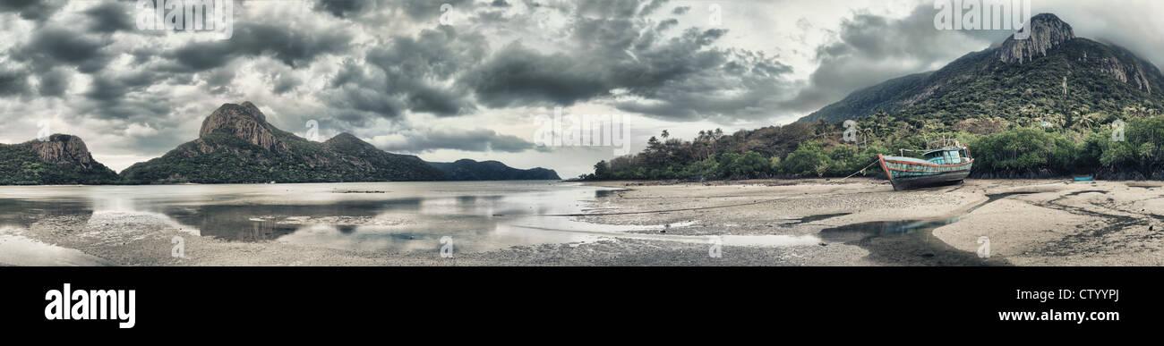 Seascape panorama. Islas, barco y manglares en fondo Imagen De Stock