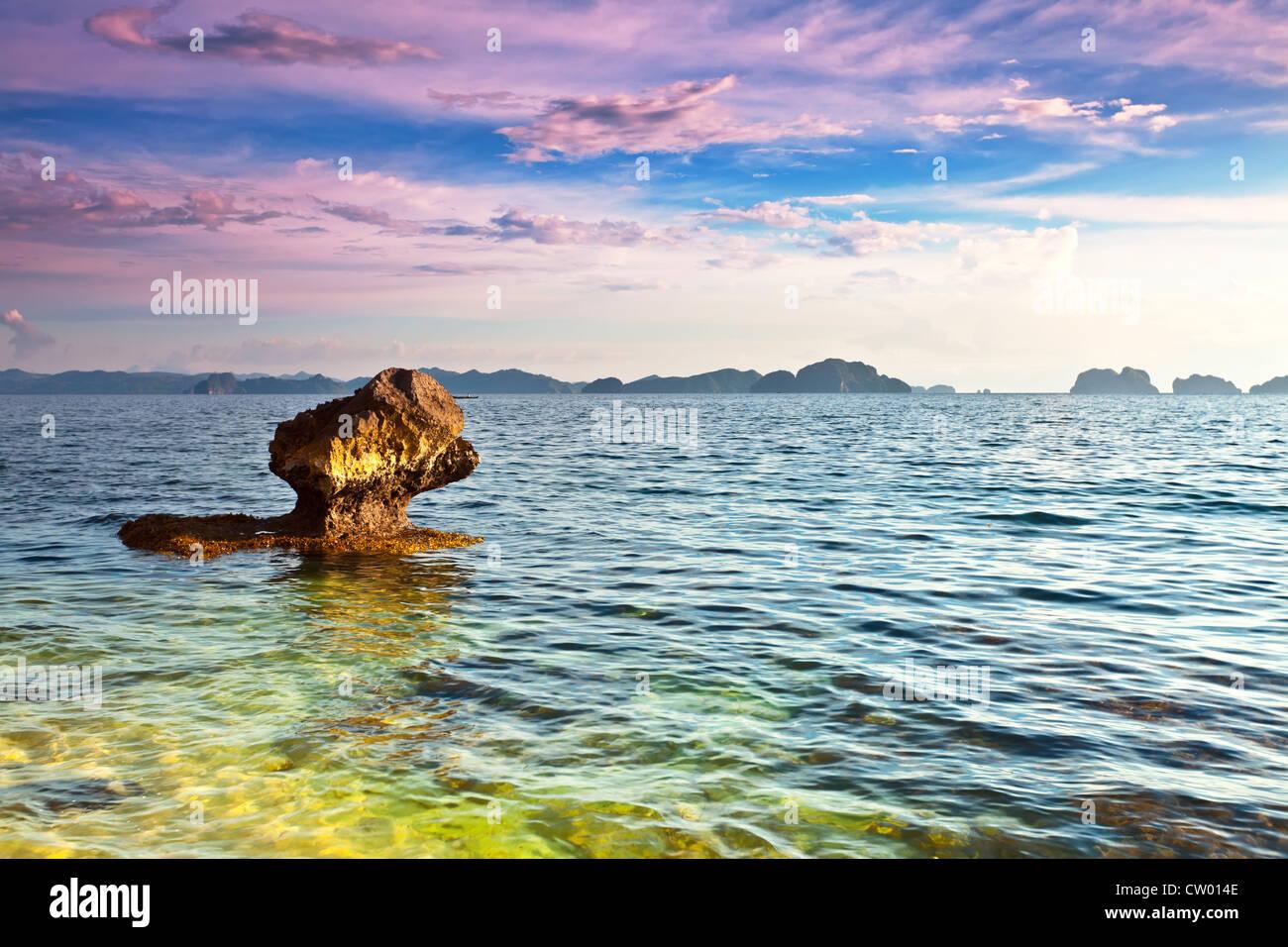 Hermoso paisaje costero. Piedra en primer plano. Filipinas Imagen De Stock