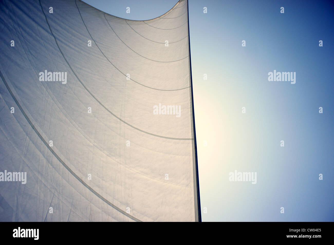 Detalle de quemar las velas de un velero, haciendo su camino bajo el sol, en el Mar Jónico. Imagen De Stock