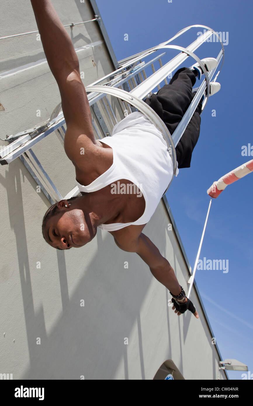 Hombre jugando con seguridad escapar del edificio Imagen De Stock