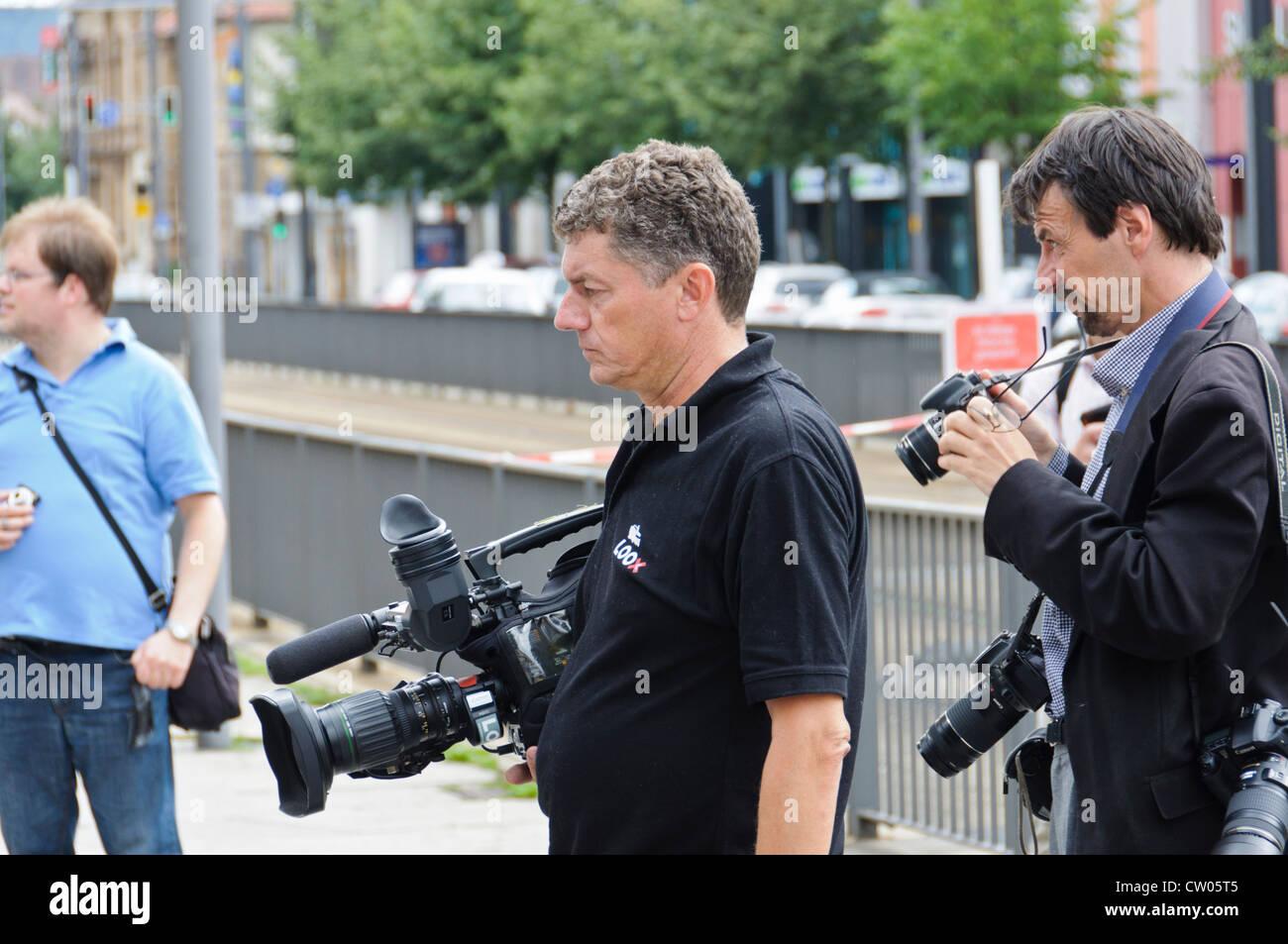 El camarógrafo de televisión fotógrafo profesional ENG Electronic News Gathering reportaje Imagen De Stock