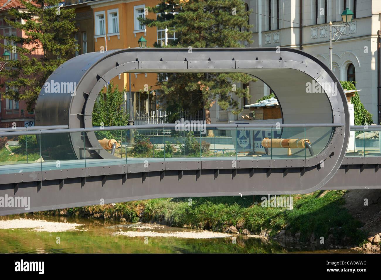 Nuevo puente que conecta la costa de Miljacka desde Radićeva Street a la Academia de Bellas Artes - Iglesia evangelista Imagen De Stock