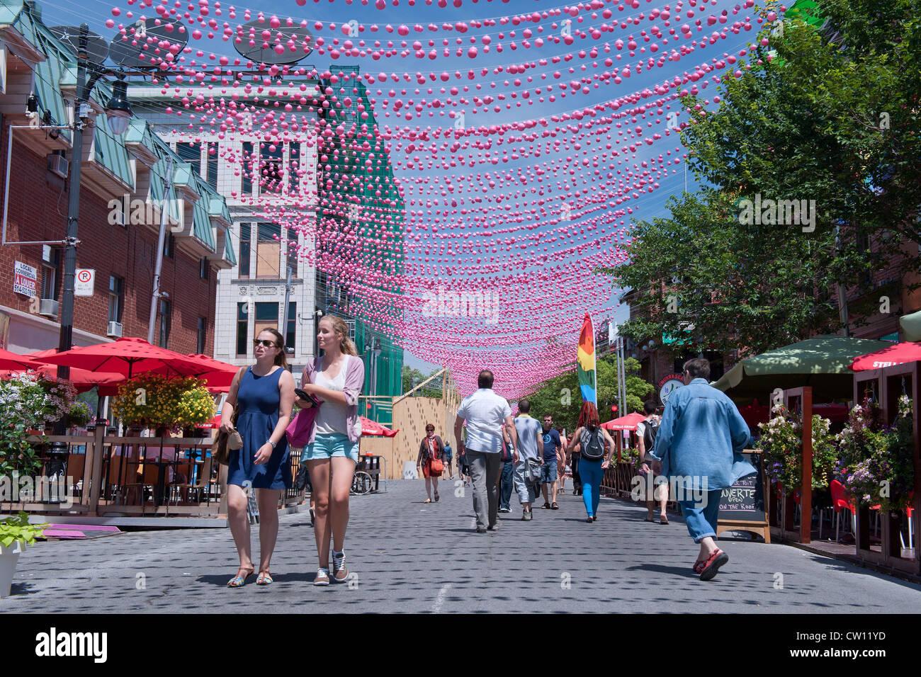 Los peatones en una parte de la calle Ste Catherine, que está cerrada a los automóviles durante los meses Imagen De Stock