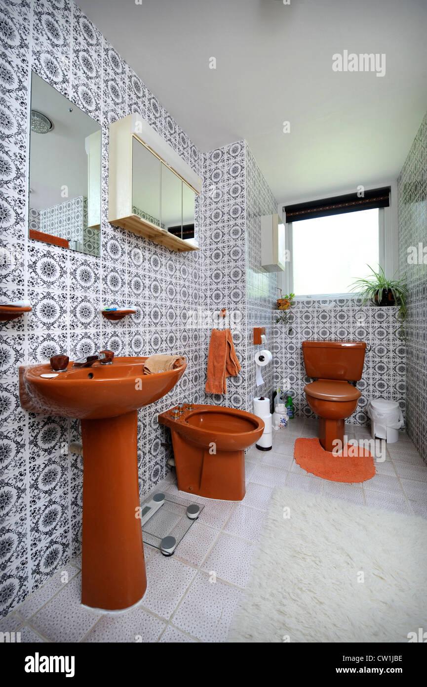 Cuarto de baño con brown suite en una casa de estilo 1970 que ...