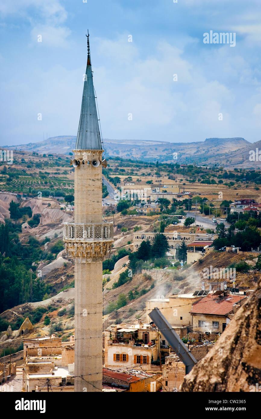Minarete torres de un antiguo pueblo montañoso de Uchisar, detrás del alambre de púa. Goreme región / Turquía Foto de stock
