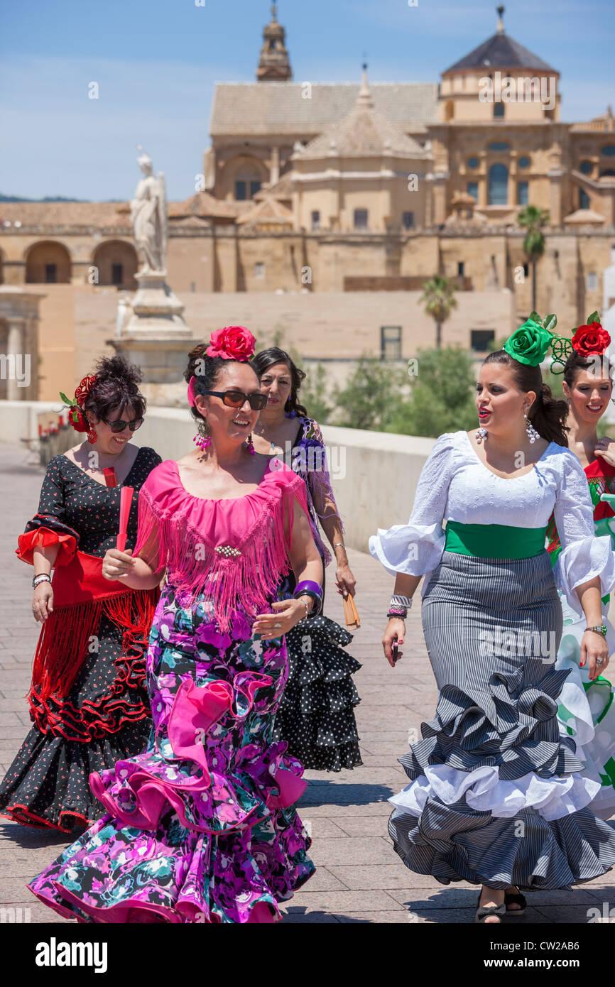 Puente Romano de Córdoba. Las mujeres que van a la Feria de Mayo festival tradicional española, vestida Imagen De Stock
