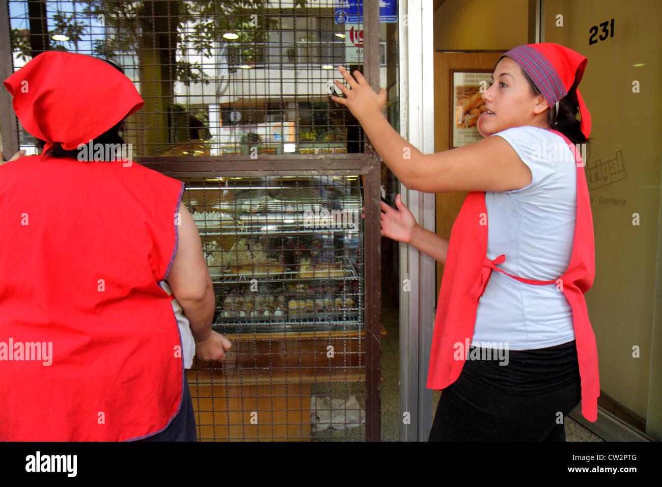 Mendoza Argentina Avenida España panadería ventana escaparate de rejilla de seguridad portátil empresarial Imagen De Stock