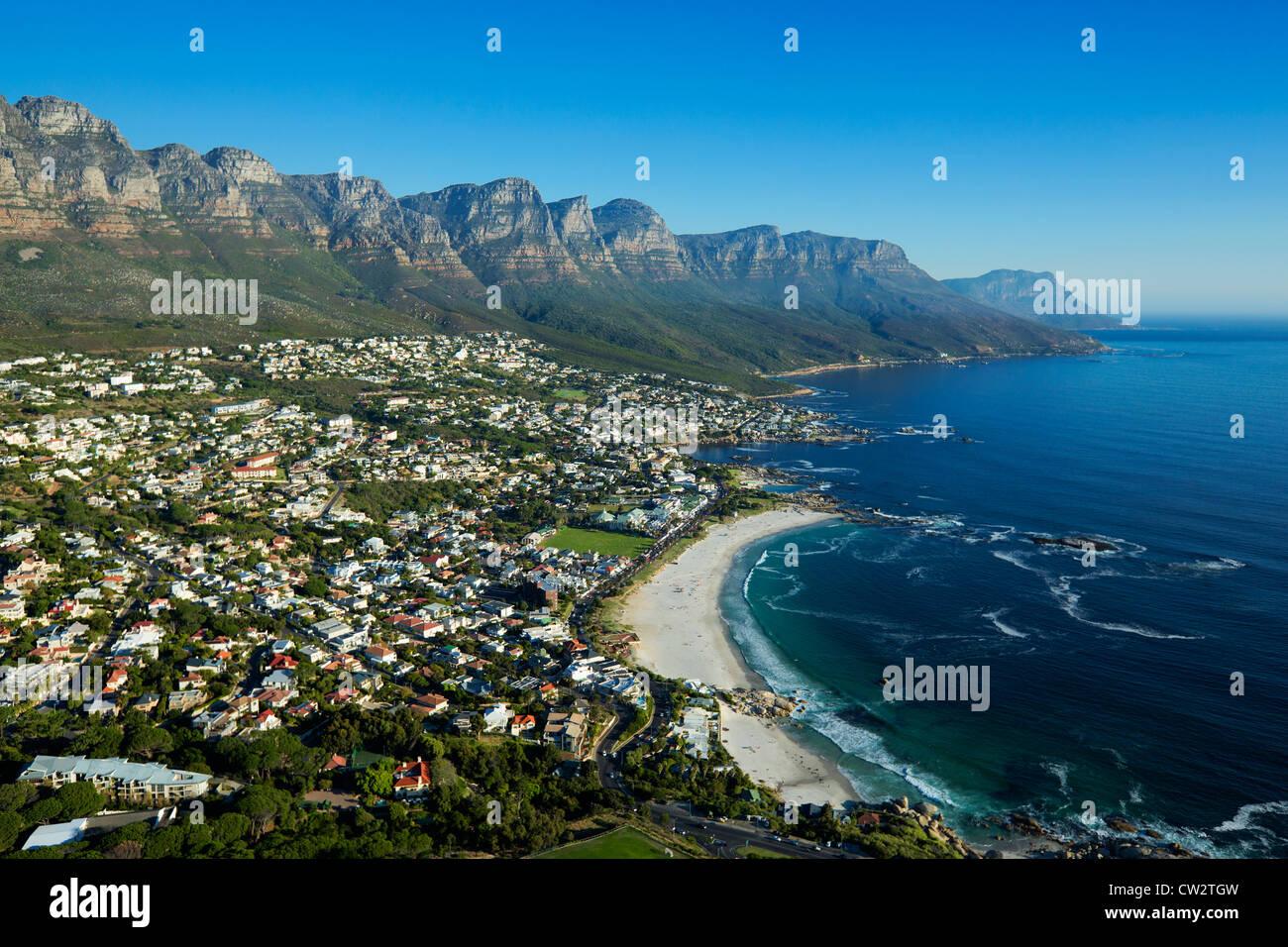 Vista aérea de Camps Bay con vistas de las montañas de los Doce Apóstoles.Ciudad del Cabo, Sudáfrica. Imagen De Stock