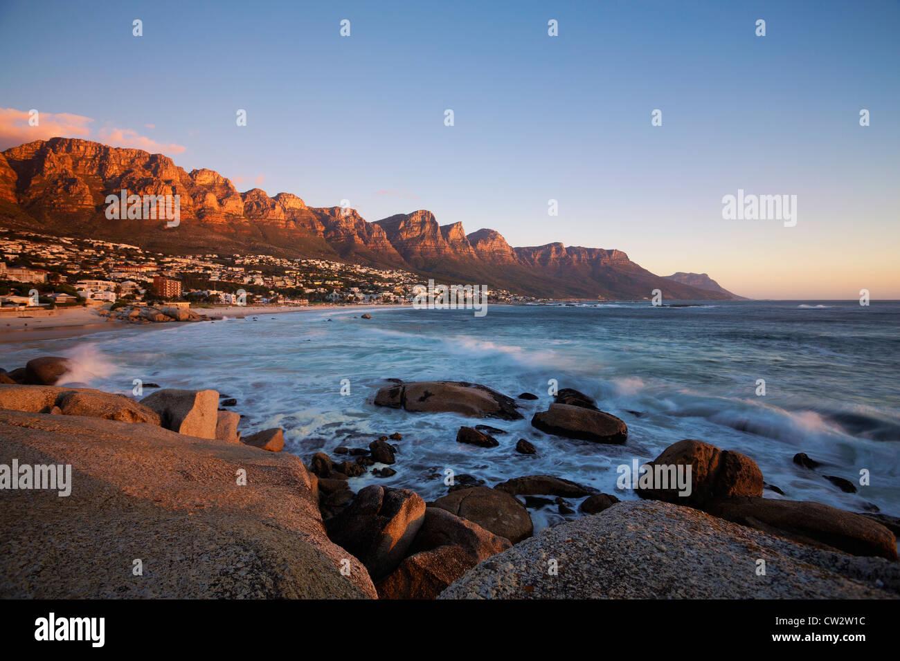 La playa de Camps Bay con vistas de las montañas de los Doce Apóstoles.Ciudad del Cabo, Sudáfrica. Imagen De Stock