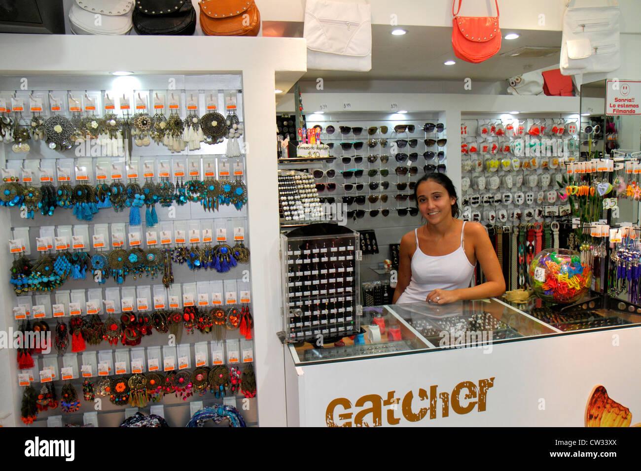 78df8497739a Mendoza Argentina Avenida San Martín tienda bisutería empresarial contra la  mujer bolsos accesorios aretes sunglas