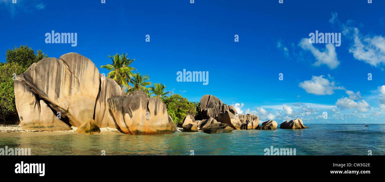 Vista de rocas de granito y las costas de la isla de La Digue. Anse Source d'Argent beach. Una de las playas Imagen De Stock