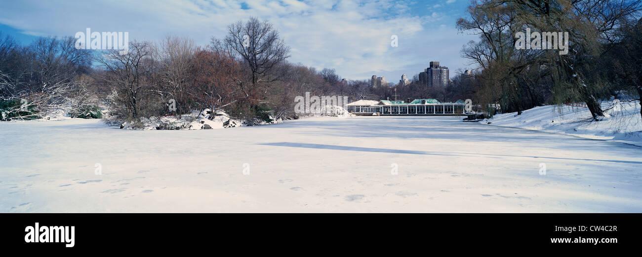 Vista panorámica del estanque congelado en el Central Park, Manhattan, Ciudad de Nueva York, NY después del invierno Foto de stock