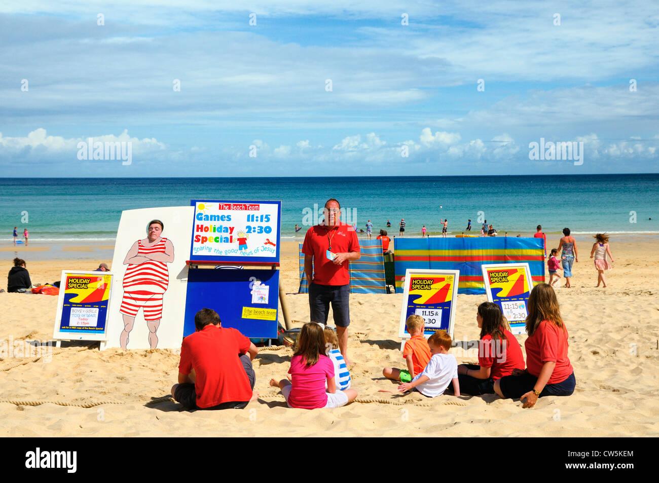 En la playa, entretenimiento para niños Carbis Bay, Cornwall, Reino Unido Imagen De Stock