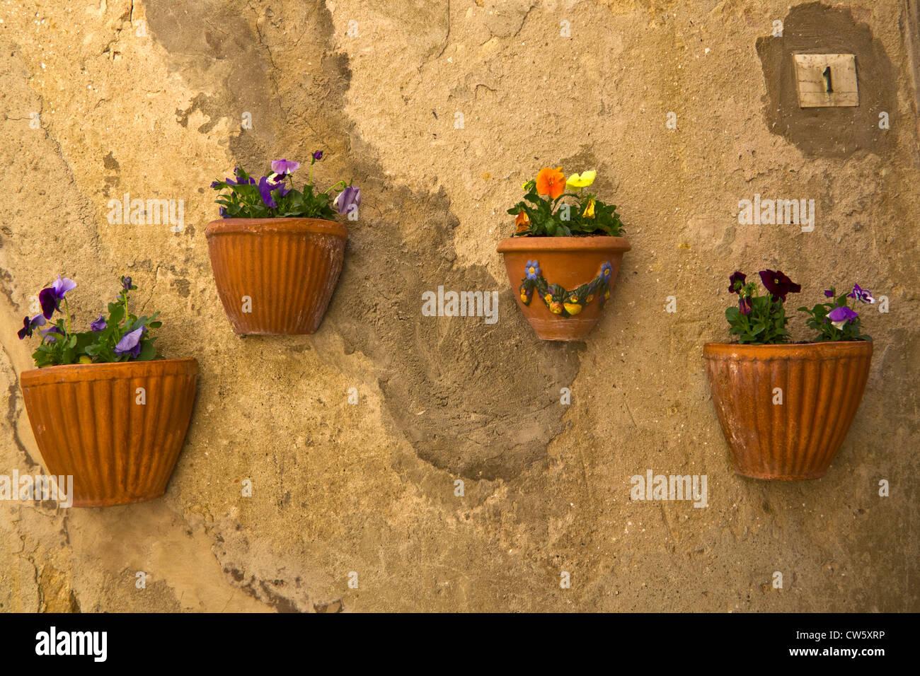 Las ollas de arcilla en la pared orchre, Siena, Toscana, Italia Imagen De Stock