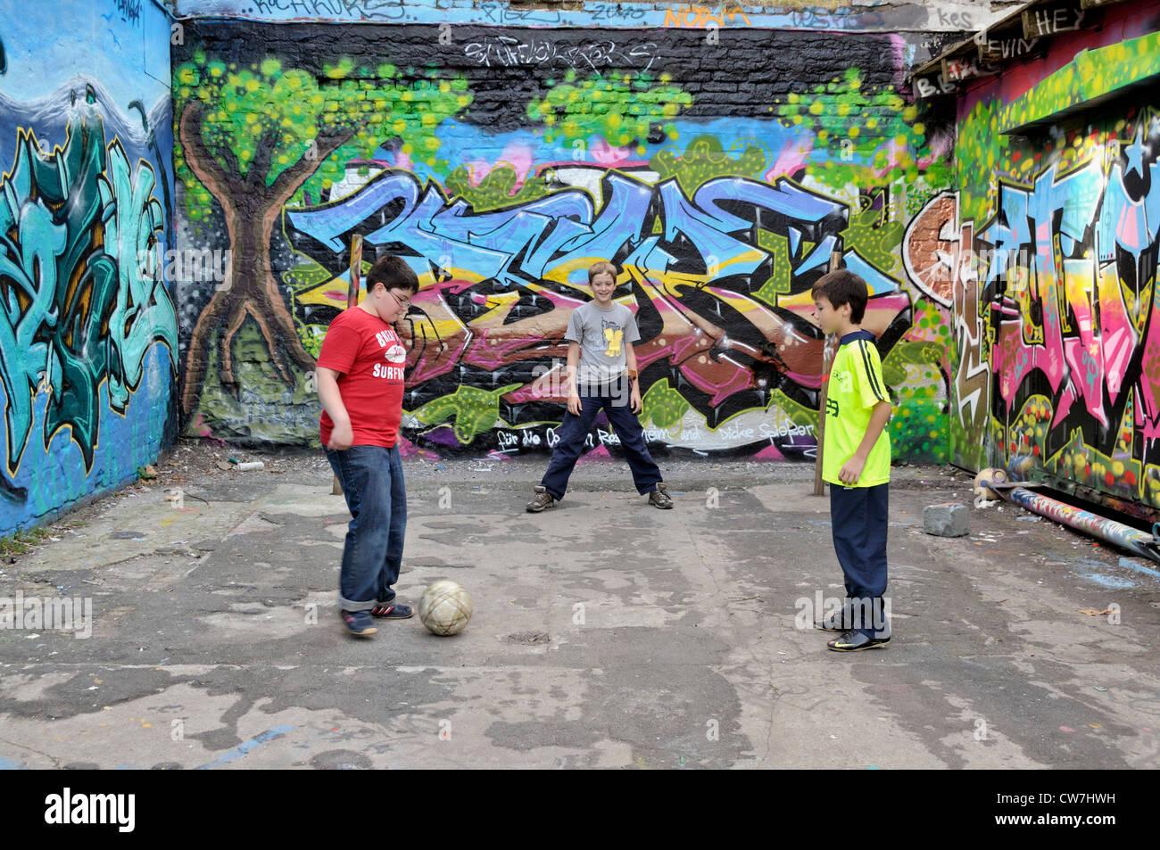 El serbio, alemán y tailandés muchachos jugando juntos al fútbol en la calle, en Alemania, en Renania Imagen De Stock