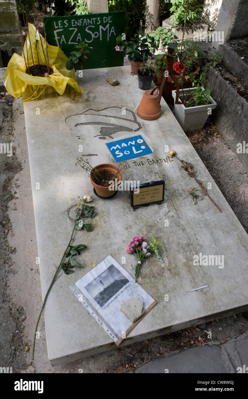 La tumba del cantante y músico punk mano solo en el cementerio Père Lachaise de París. Mano Solo Imagen De Stock