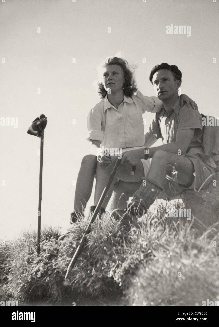 Una pareja de excursionistas en los '60s Imagen De Stock