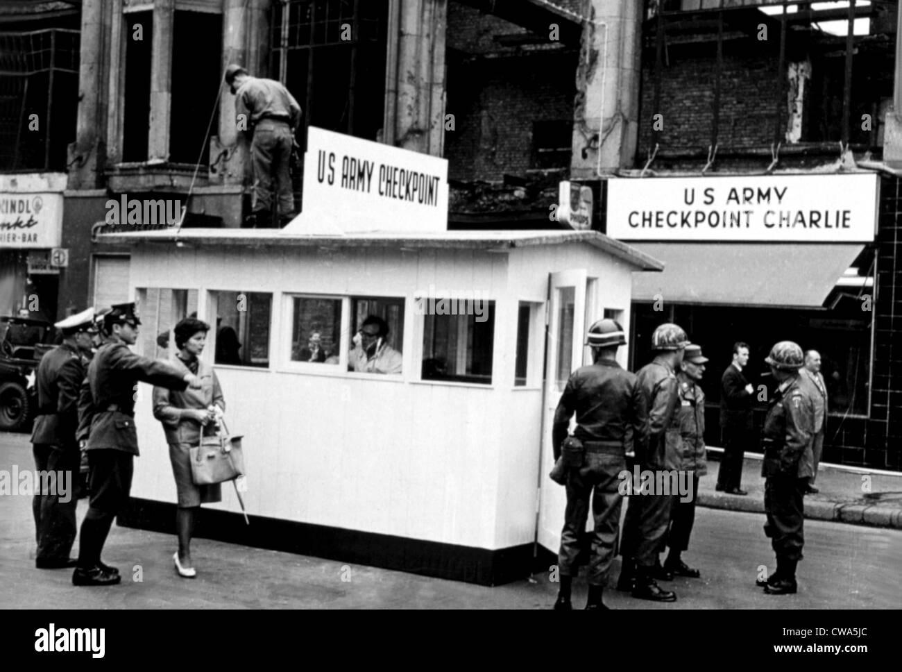 El Checkpoint Charlie del Muro de Berlín, 27/09/67. Cortesía: CSU Archives / Everett Collection Imagen De Stock